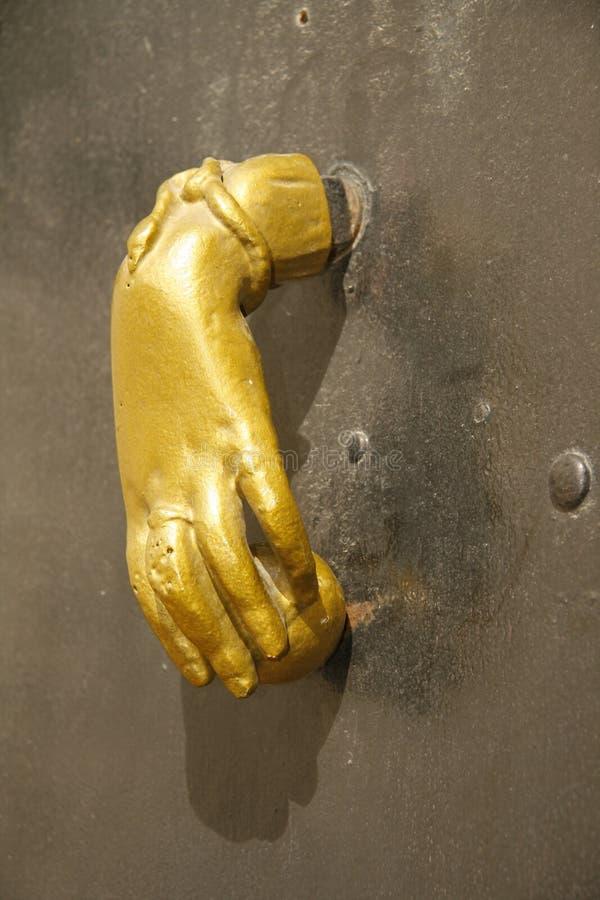 Doorknocker velho na porta da igreja imagem de stock
