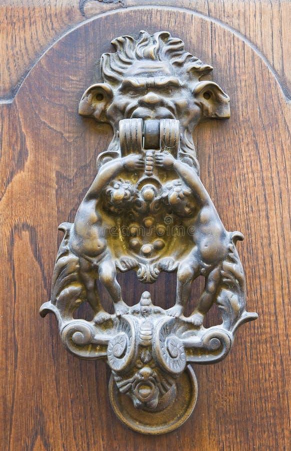 Doorknocker. Vetralla. Lazio. Włochy. zdjęcie stock