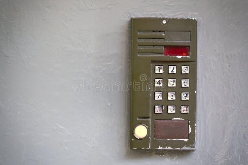 Doorphone digital velho na superfície plana cinzenta imagens de stock royalty free