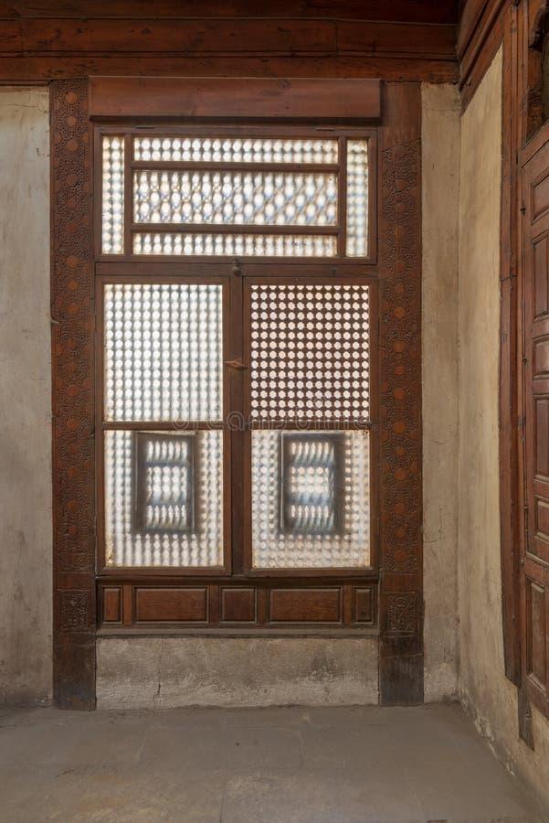 Doorschoten grunge houten venster Mashrabiya, Kaïro, Egypte royalty-vrije stock afbeelding