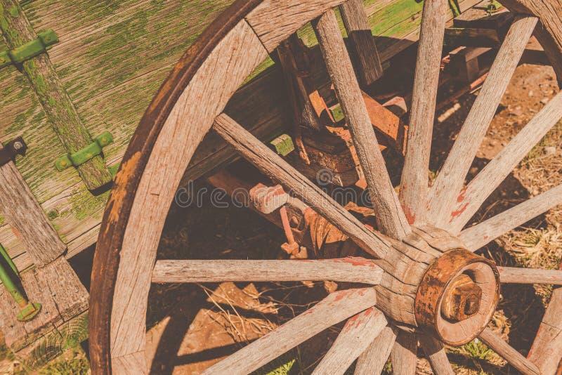Doorstaan en Oud Rustiek Wagenwiel stock afbeelding