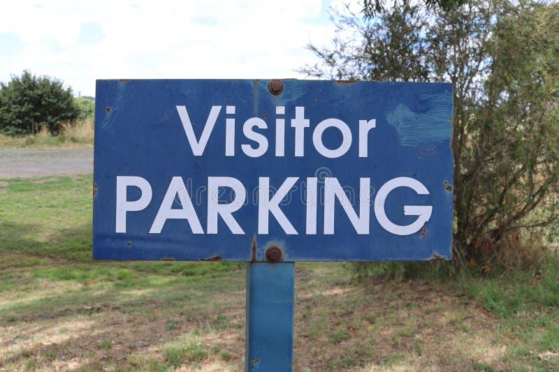 Doorstaan het Parkerenteken van de metaal blauw en wit Bezoeker stock foto