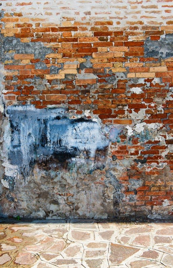 Doorstane Bakstenen muur in Stedelijk Milieu stock fotografie