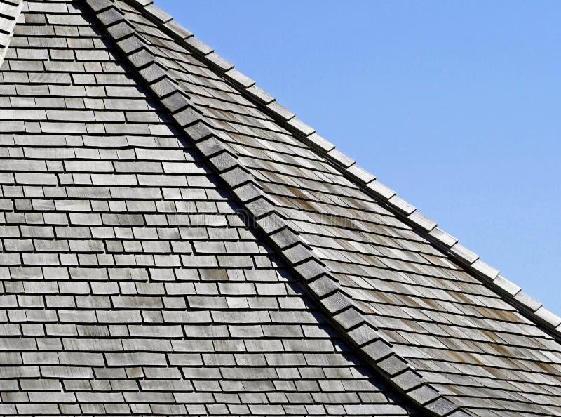 Doorstane Cederdakspanen op dak - blauwe hemelachtergrond royalty-vrije stock fotografie