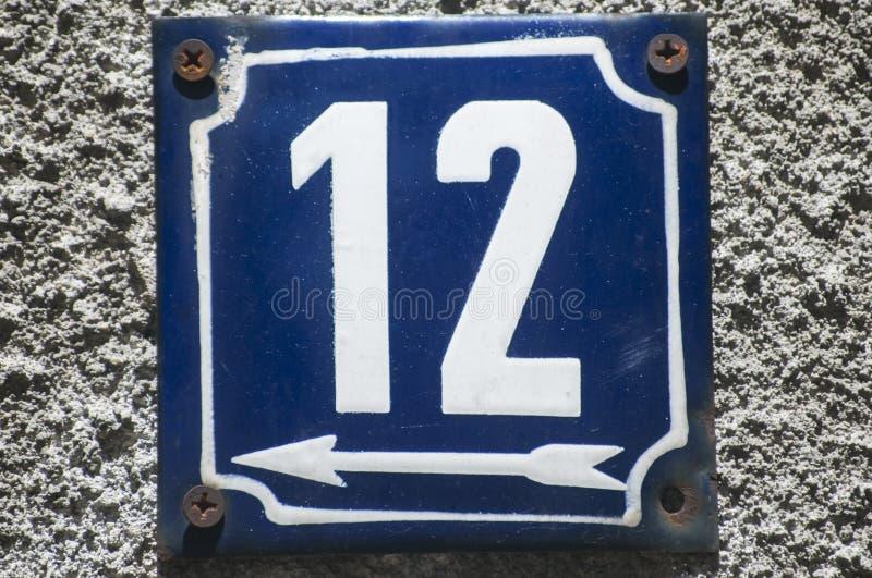 Doorstane geëmailleerde plaat nummer 12 stock afbeeldingen