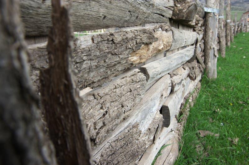 Doorstane Houten Omheining stock afbeelding