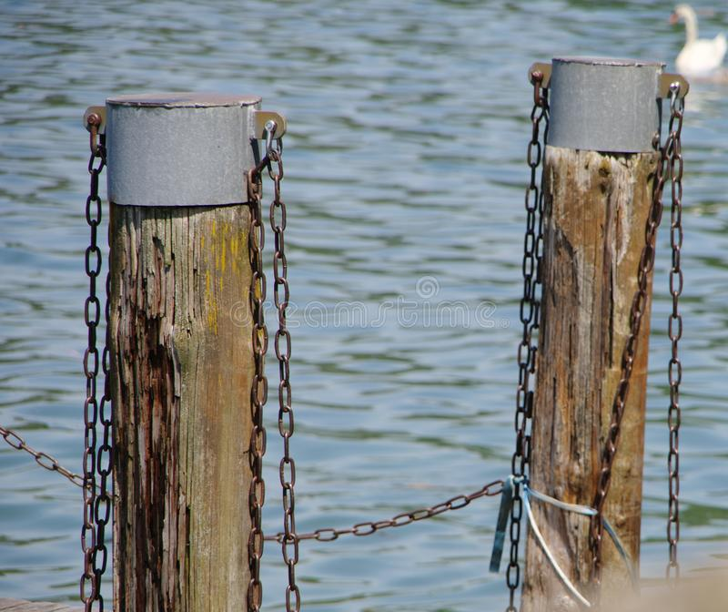 Doorstane houten posten met tindeksels in een schip landend stadium stock foto