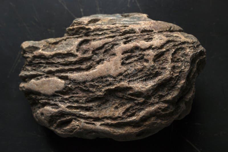 Doorstane Rots op Donkere Gekraste Achtergrond Legendarisch Artefact stock afbeeldingen