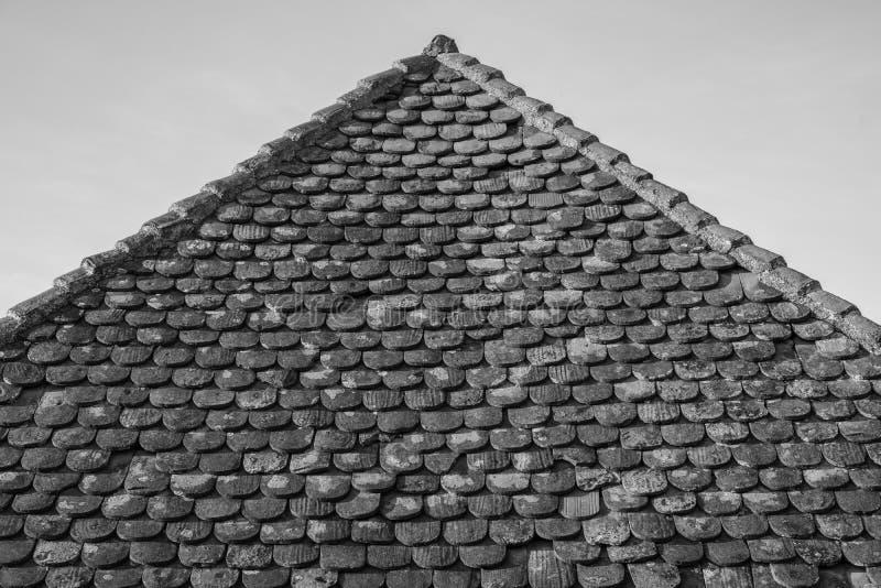 Doorstane traditionele kleitegels op een zeer oud dak stock foto