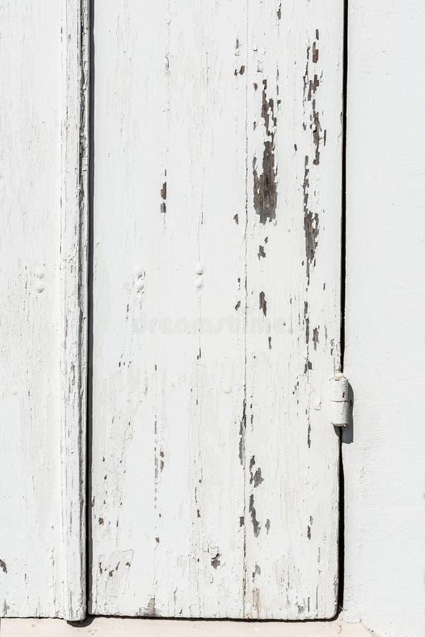 Doorstane witte houten deur met afgebroken verf en schil stock foto's