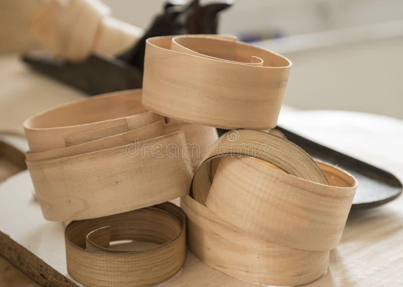 Doorzichtige bijna room houten krullen stock foto