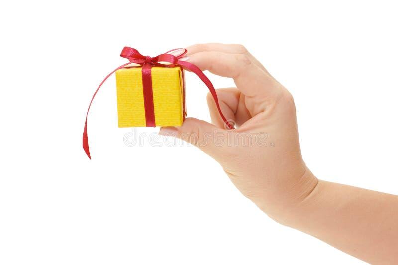 Doos met een gift in een hand stock afbeeldingen