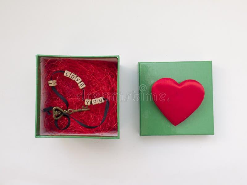 Doos met een gift op de dag, de sleutel, en het hart van Valentine ` s stock foto