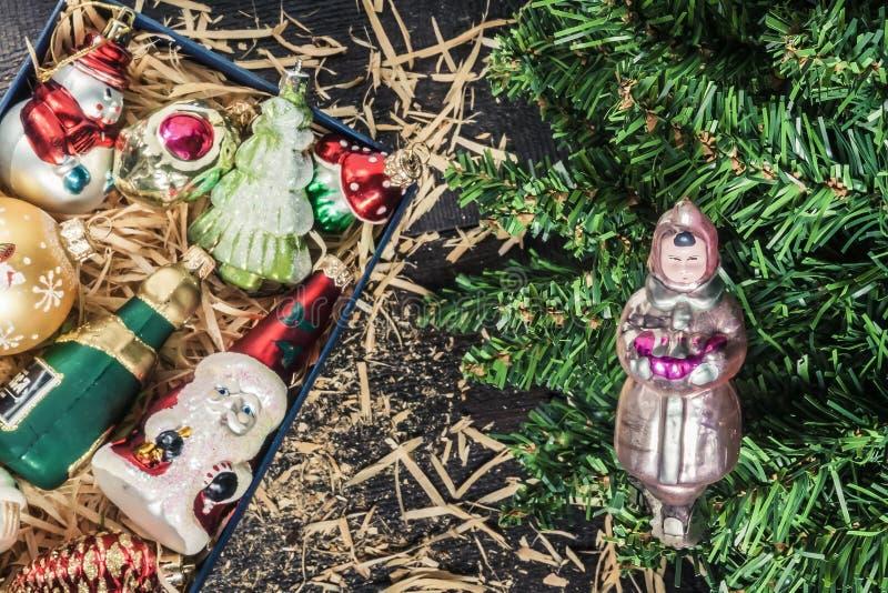 Doos met het uitstekende speelgoed van glaskerstmis onder de boom hoogste mening royalty-vrije stock fotografie