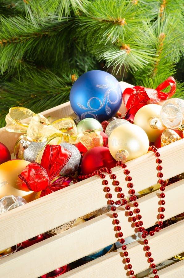 Doos met kleurrijke Kerstmisdecoratie royalty-vrije stock afbeeldingen
