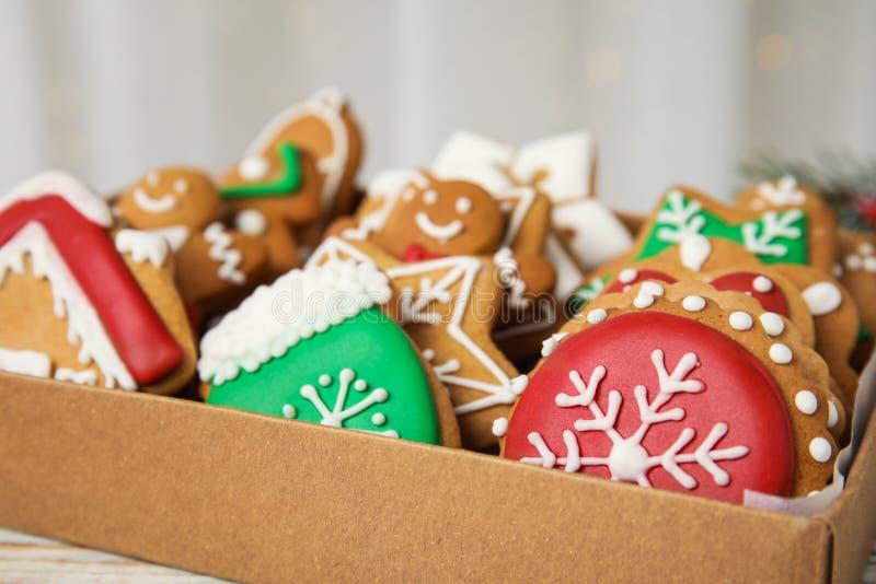 Doos met smakelijke eigengemaakte Kerstmiskoekjes, royalty-vrije stock foto's