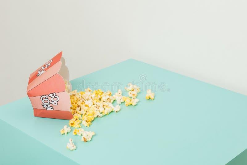 Doos twee kleuren met popcorn royalty-vrije stock foto's