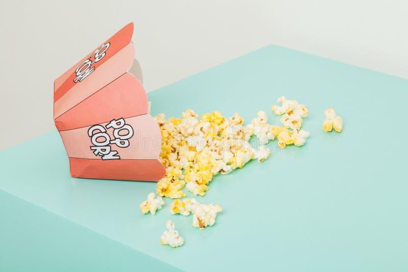 Doos twee kleuren met popcorn stock foto's