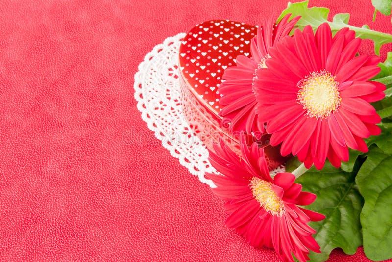 Download Doos Van Chocolade En Bloemen Voor De Dag Van Valentijnskaarten. Stock Afbeelding - Afbeelding bestaande uit bloem, blad: 29510959