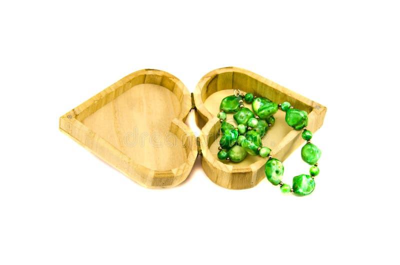 Doos van de de vorm de houten gift van het hart met juwelen stock afbeeldingen
