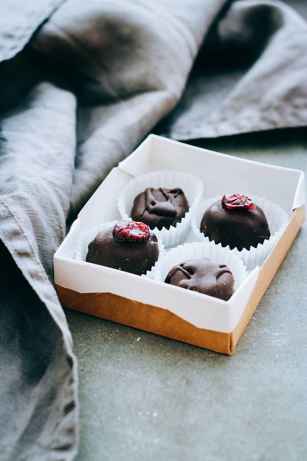 Doos van nuttige ruwe chocoladesnoepjes stock fotografie