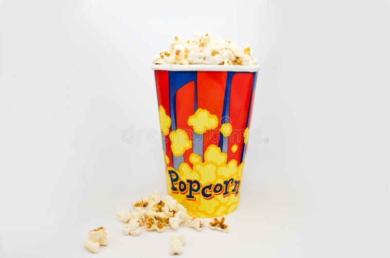 Doos verse popcorn op witte achtergrond stock foto's