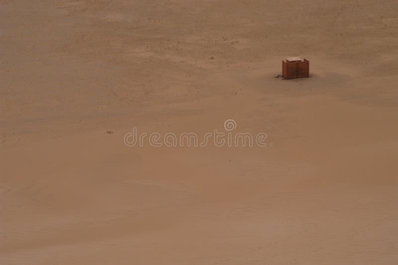 Doos in woestijn royalty-vrije stock afbeelding