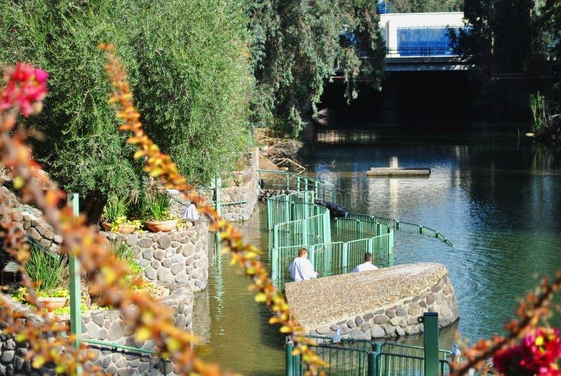 Dop i Jordan River Yardenit, Israel royaltyfri bild