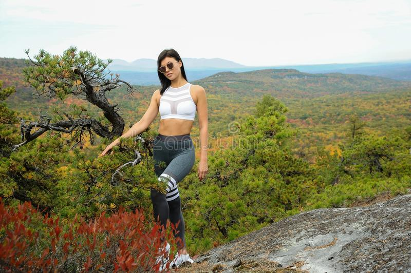 Dopasuj młodą kobietę z idealnym ciałem w stroju sportowym, lubiącą wędrówkę na jesiennym parku obrazy royalty free