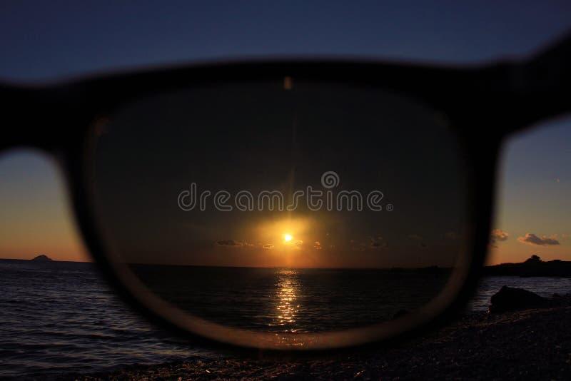 Dopatrywanie przez okularów przeciwsłonecznych obraz royalty free