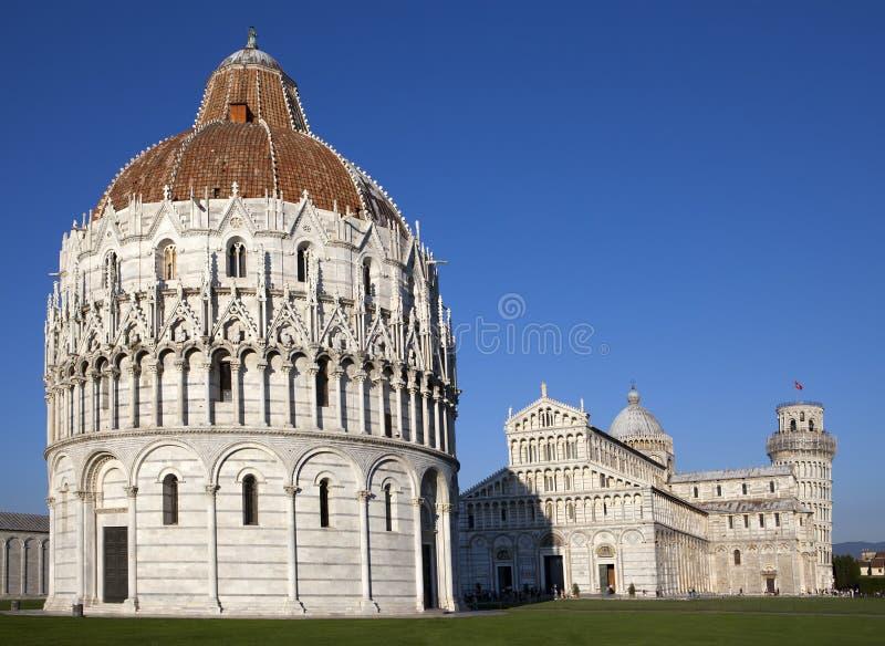 Dopkapell och det lutande tornet i domkyrkafyrkant i Pisa, Italien royaltyfria foton