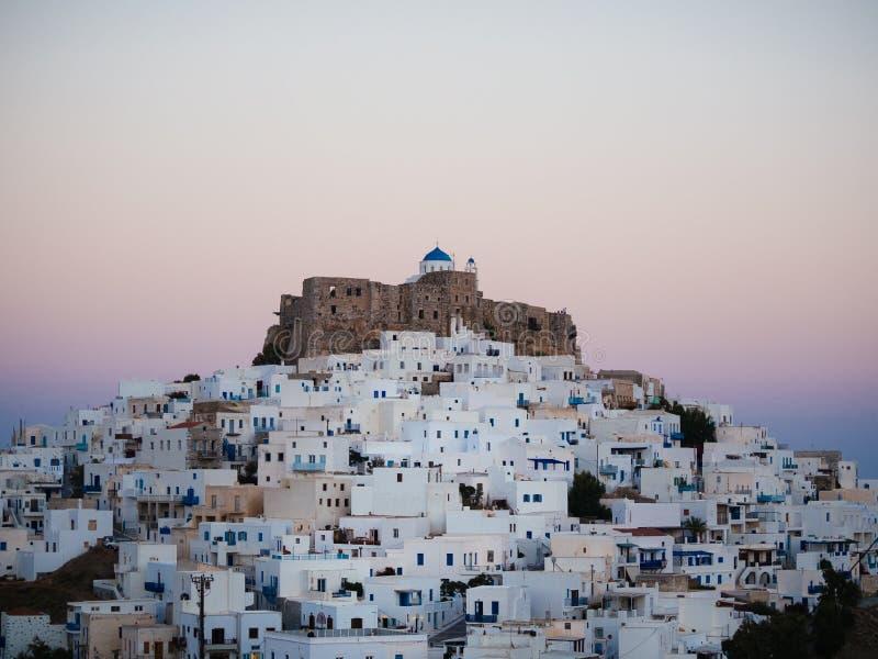 Dopo il tramonto in Astypalaia, la Grecia con una fine su del castello immagini stock