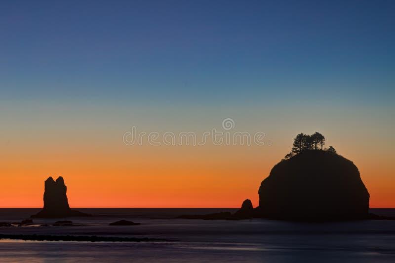 Dopo il tramonto, prima spiaggia, parco nazionale olimpico, Washington, U.S.A. immagini stock libere da diritti