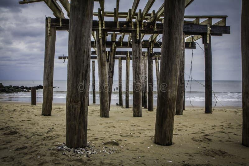 Dopo l'uragano sabbioso: Boschetto dell'oceano, pilastro 2 di pesca del New Jersey fotografie stock libere da diritti