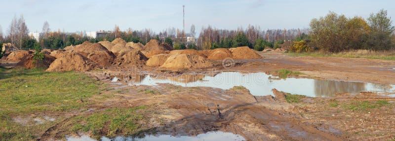 Dopo pioggia persistente sul suolo forestale dell'argilla ci sono grandi pozze immagini stock libere da diritti