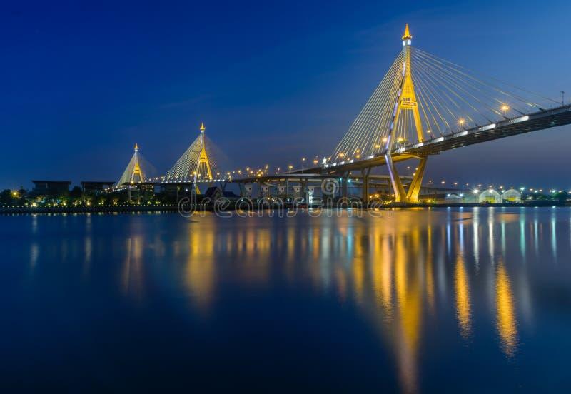Dopo tempo di tramonto al ponte di bhumibol immagini stock
