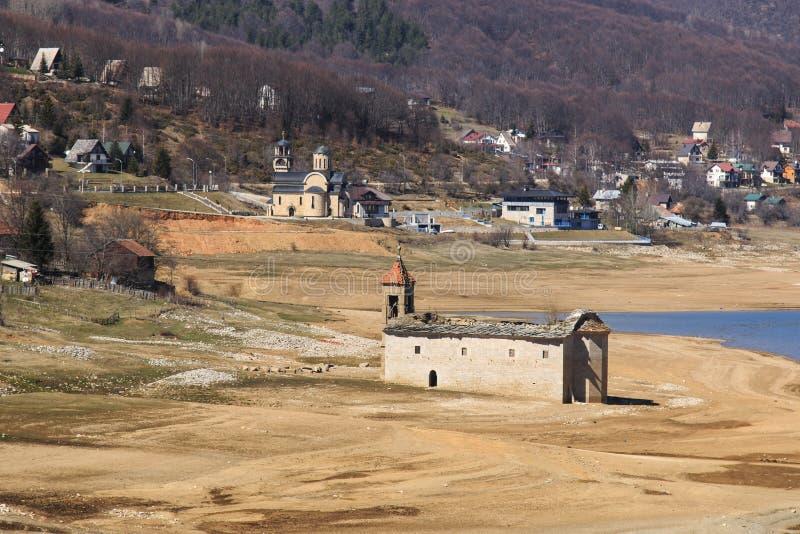 Doppad kyrka av Mavrovo sjön, Makedonien royaltyfri foto