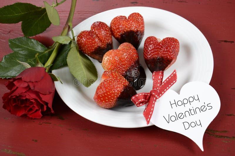 Doppade hjärta formade jordgubbar för valentindag choklad royaltyfri foto
