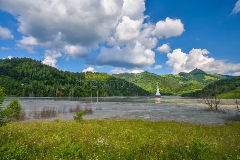 Doppat kyrkligt i den förorenade sjön på Geamana, Rumänien arkivbild
