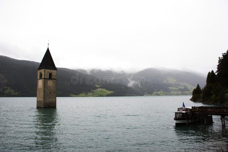 Doppat torn av reschenseekyrkan djupt i Resias sjön royaltyfria foton