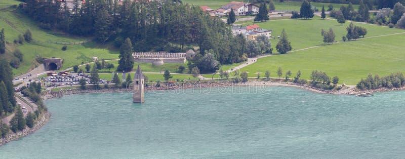 Doppat torn av reschenseekyrkan djupt i Resias sjön i Tren royaltyfria foton