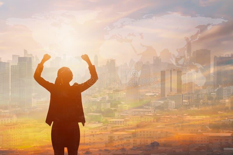 Doppelbelichtung der ErfolgsGeschäftsfrau und der Stadt lizenzfreies stockfoto
