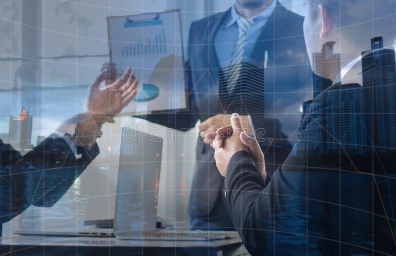 Doppelbelichtung der Geschäftsmannklatschenhand und Unterhaltung mit collea lizenzfreie stockfotografie