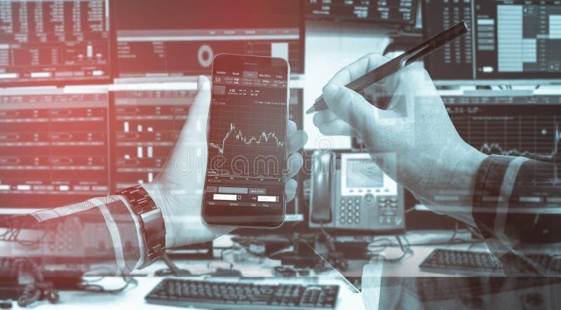 Doppelbelichtung der Hand leeren Smartphone mit Kennzeichen halten auf Lager stockfotografie