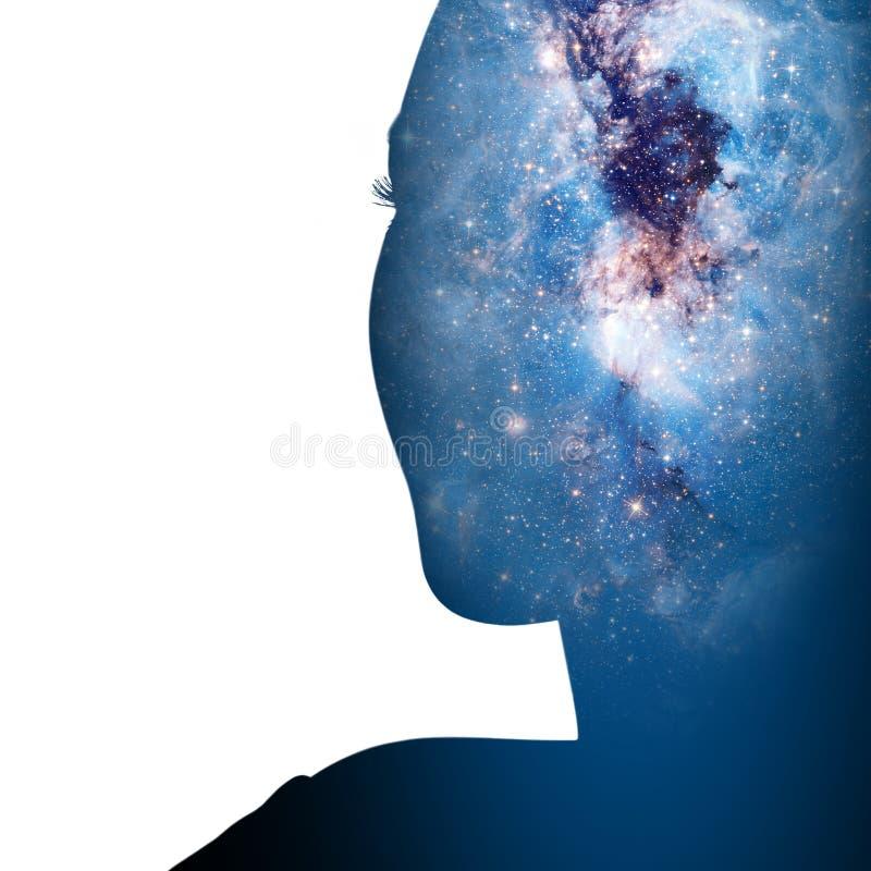 Doppelbelichtung der Schattenbildfrau und der kosmischen Galaxie stockbild
