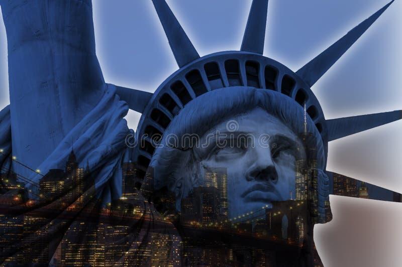 Doppelbelichtung des Freiheitsstatuen und die New- Yorkskyline stockfotografie