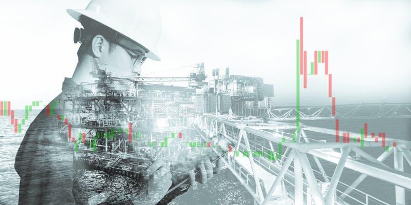 Doppelbelichtung des Geschäftsmann- oder Ingenieurholdingsturzhelms mit Diagrammhintergrund der Offshoreplattform und des Aktienh lizenzfreies stockbild