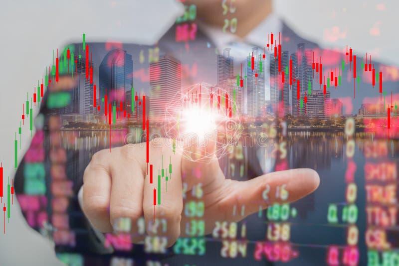 Doppelbelichtung des Geschäftsmannes drückend auf Touch Screen mit Börseaustausch über Handelsstelle lizenzfreie stockfotografie