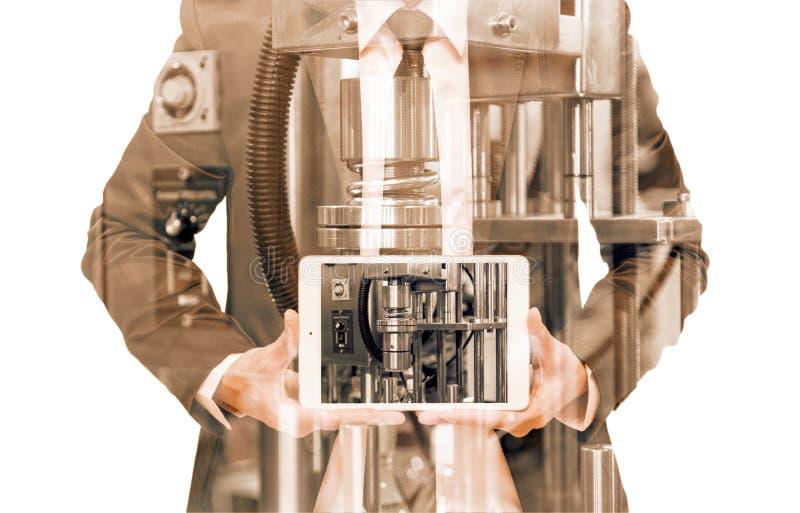 Doppelbelichtung des Geschäftsmannes mit industrieller Ausrüstung lizenzfreie stockfotografie