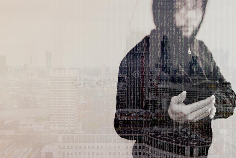 Doppelbelichtung des Hippie-Mannes in einer Haubenhand unter Verwendung des beweglichen Phons stockfoto